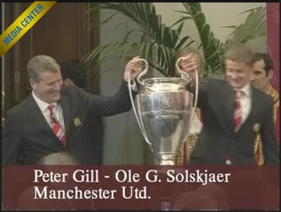 Ole G.Solskjaer e Peter Gill consegnano la Coppa alla citta' ospistante